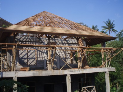 The bedek (plaited bamboo) is put on the roof