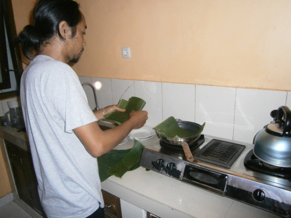 Line the frying pan with banana leaves
