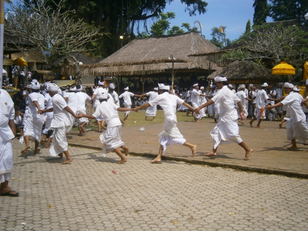 300 men run around the temple