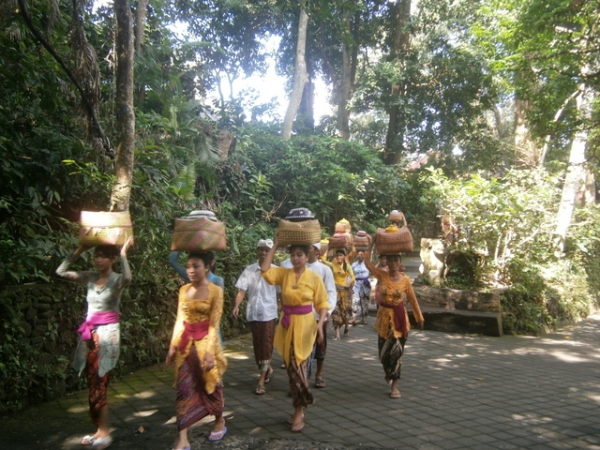 Marvel at how Balinese women balance the offerings on their heads