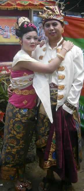 Gede and Ari in traditional Balinese wedding outfits